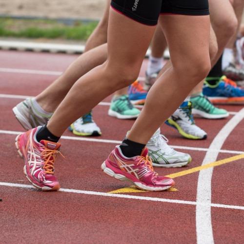 Urheiluvammat. Kuvassa juoksukilpailun starttitilanne.