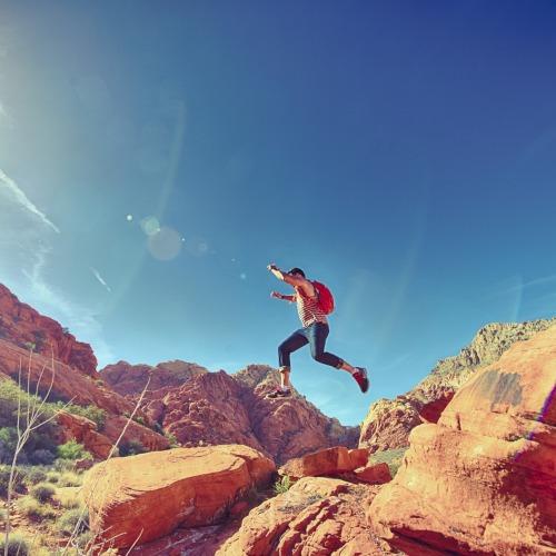 Ammattilaisille. Kuvassa mies hyppää kiveltä toiselle.